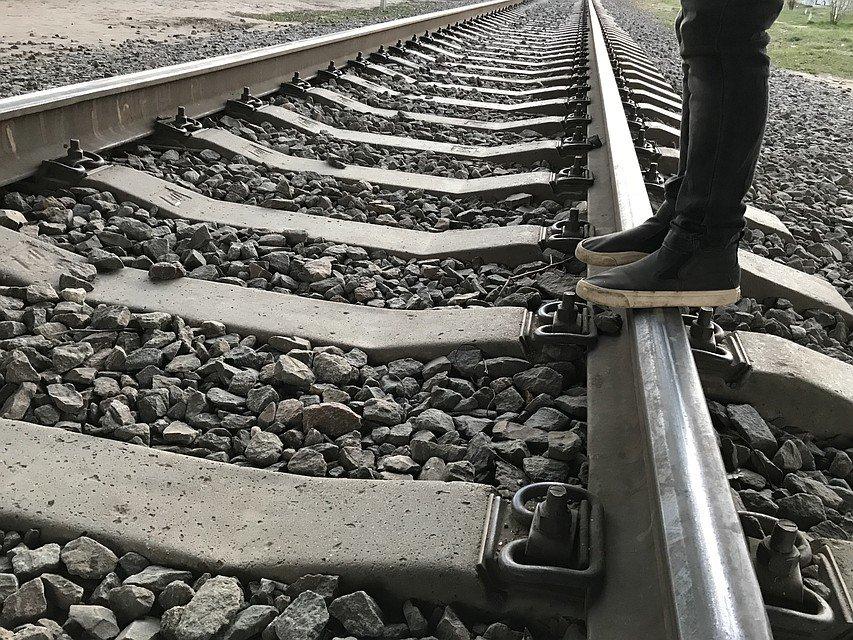 Подросток остался без ноги, попав под поезд в Ленобласти