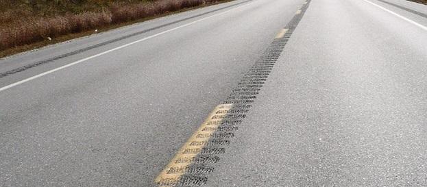 осевая шумовая полоса на дороге