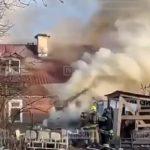 На улице Кустова в Гатчине загорелся частный дом (видео)